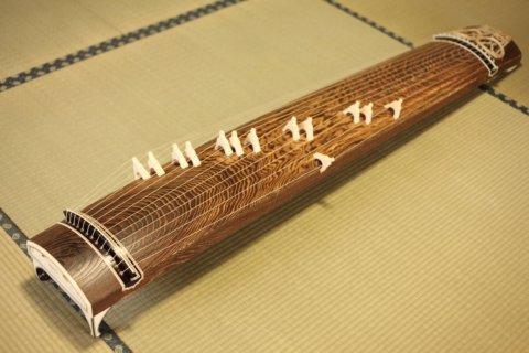 絹糸とテトロン糸の音色の聴き比べ