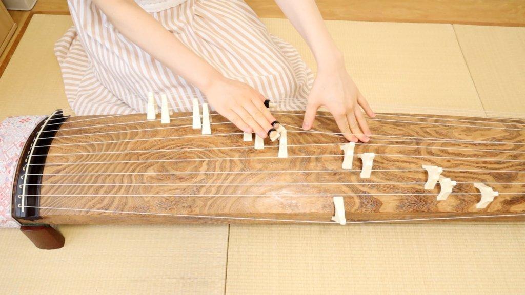 調弦をする前に糸をのばす